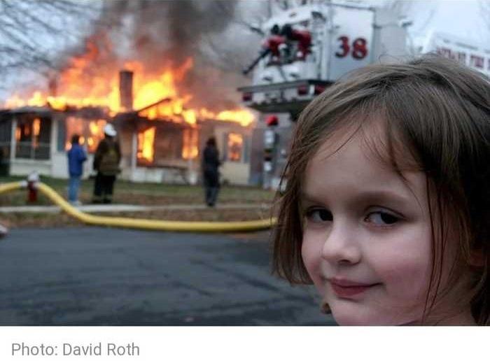 NFT мем девочка на фоне горящего дома